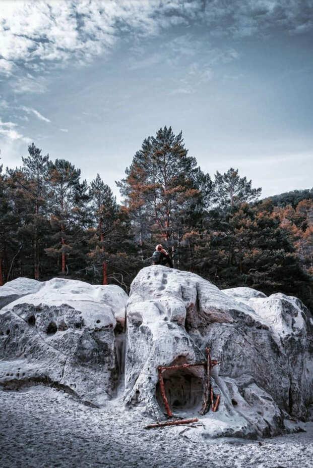 Fotospots im Schnee: Die schneebedeckten Sandhöhlen im Heers in Blankenburg