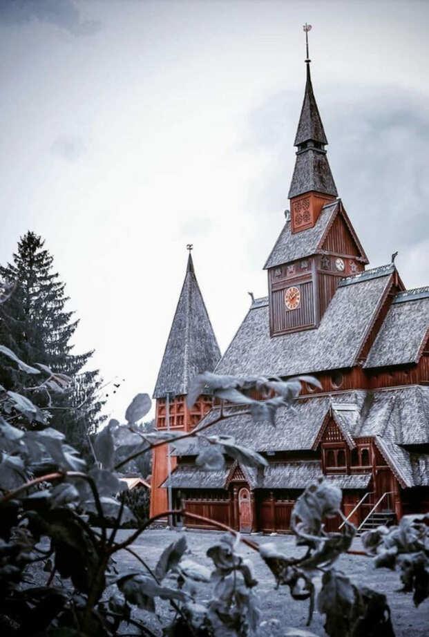 Ein architektonisch besonderer Fotospot im Schnee: Die Stabkirche in Goslar