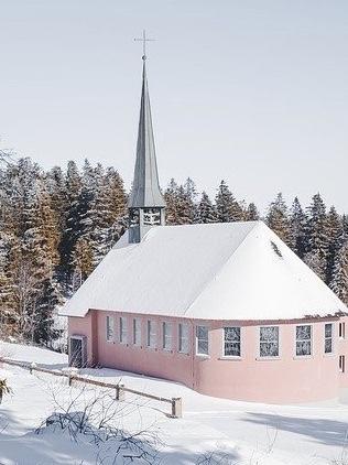 Fotospots im Schnee: Die schneebedeckte Kandelkapelle in Waldkirch
