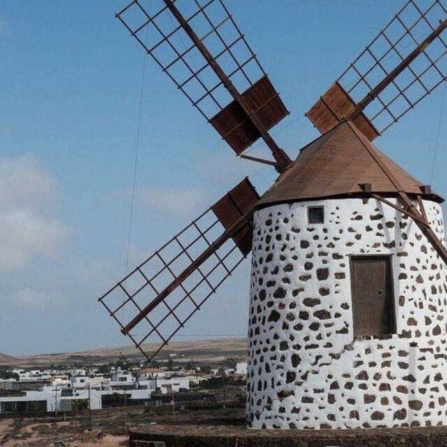 """🌬 Dotted across the Island are a great many windmills that were used for a variety of different things from milling grain for flour or """"gofio"""", pumping water for irrigation or even seawater to be used in the salt pans.   🇩🇪 Verstreut über die Insel gibt es eine Vielzahl von Windmühlen, die für eine Vielzahl von Dingen genutzt wurden, wie z.B. das Mahlen von Getreide für Mehl oder """"Gofio"""", das Pumpen von Wasser für die Bewässerung oder sogar von Meerwasser für die Verwendung in den Salzpfannen.   Location: Tefia Windmill  #grancanaria #canaryislands #windmill #tefiawindmill #laspalmasdegrancanaria #laspalmas #kanaren #visitgrancanaria #visitlaspalmas"""